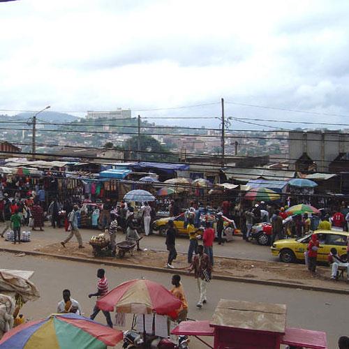 Bienvenue au marché de la brocante à Douala