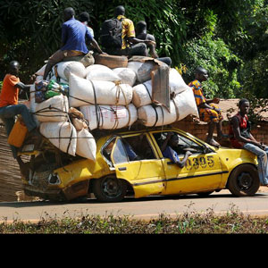 CAMEROUN :: Bafoussam : Des taxis � six passagers :: CAMEROON
