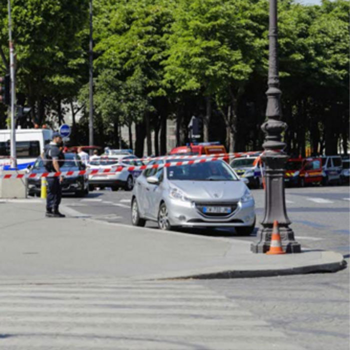 france-tentative-d39attentat-sur-les-champs-elysees-l39assaillant-decede