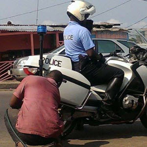CAMEROUN :: Pr�vention routi�re : Des motards renforcent la surveillance :: CAMEROON