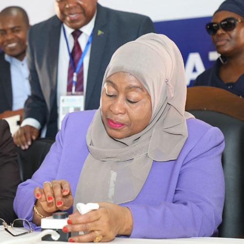 Samia Suluhu Hassan, 61 ans, présidente jusqu'en 2025