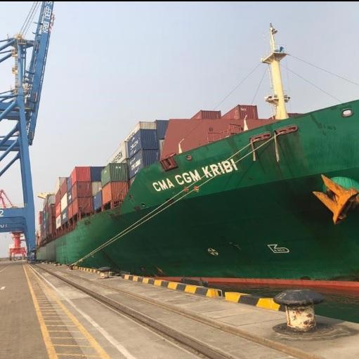 Un navire porte-conteneurs au port de Kribi