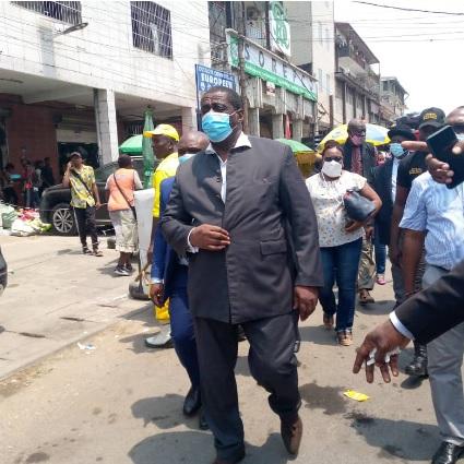 Le Maire de la ville restitue le trottoir aux piétons