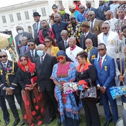Des décorations pour les hommes et femmes de la Culture camerounaise