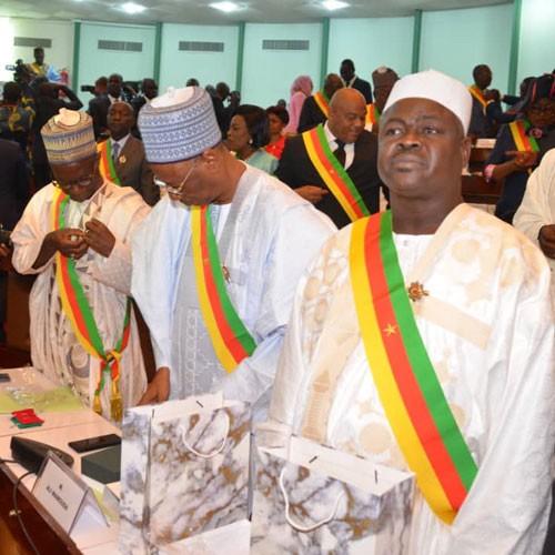 Joseph Owona prète serment devant le Parlement