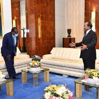 Paul Biya réapparaît...sans masque.