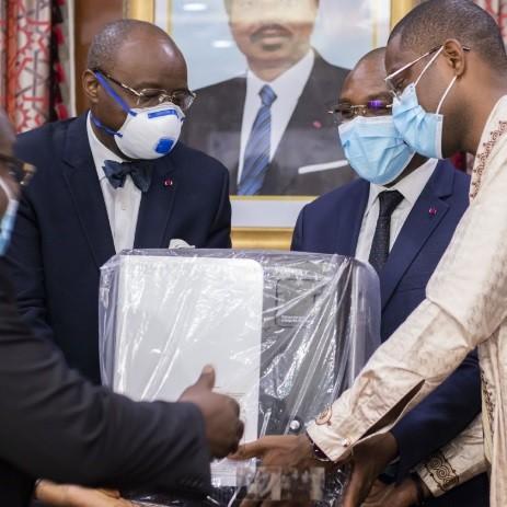 Lutte contre la Covid-19 : Cimencam offre un don de matériels au Ministère de la Santé Publique.