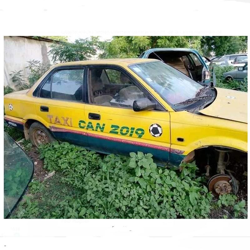 A cause de la roue d'un taxi réservé à la CAN de football, elle perd une dent