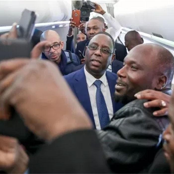 (Vidéo) Au volant de sa voiture, Macky Sall se promène  dans les rues de Dakar